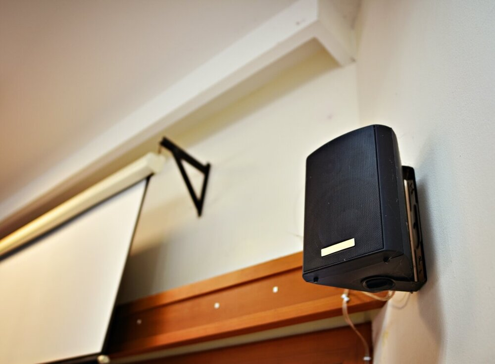 Turn it on. Speakers ophangen